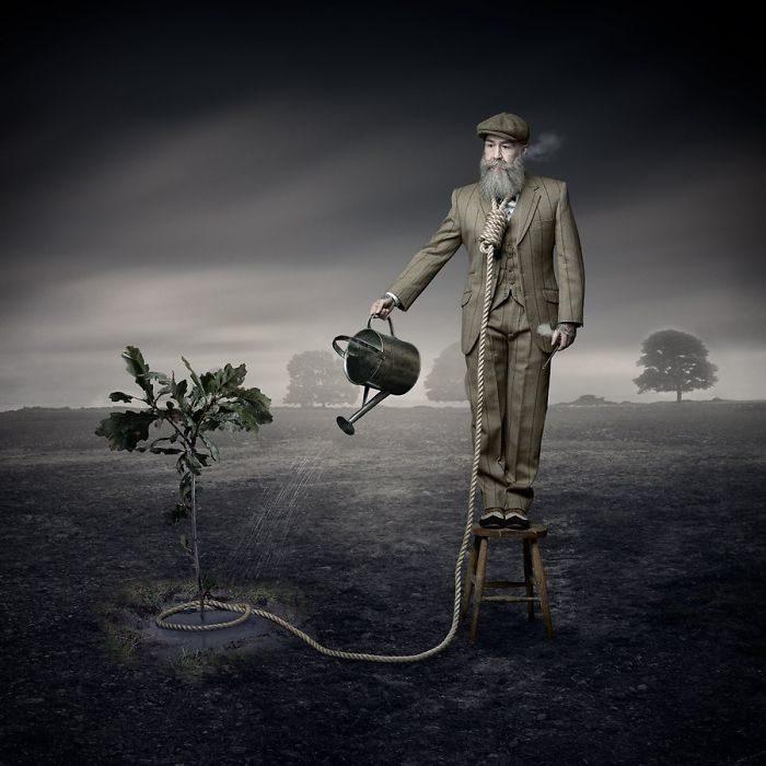 Pip posando con un traje sastre y regando plantas