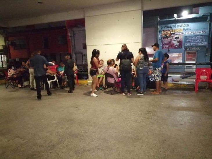 momentos en los que Sarahí García reparte comida a las afueras del hospital del IMSS en Matamoros