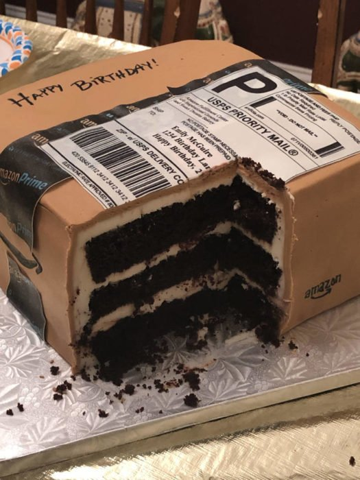Pastel en forma de caja de embalaje de Amazon cortado del lado inferior derecho