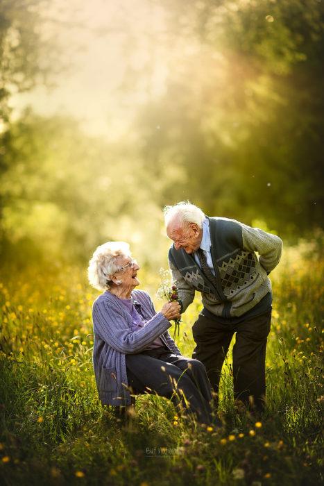 Abuelos caminando por un jardín, fotografía de Sujata Setia