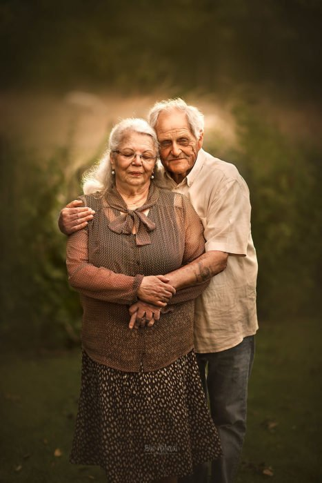 Abuelos abrazados por la espalda, fotografía de Sujata Setia