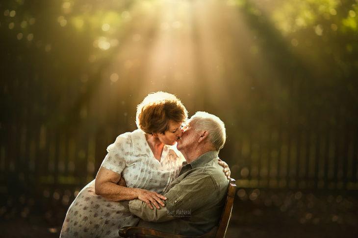 Abuelo besándose en un jardín, fotografía de Sujata Setia