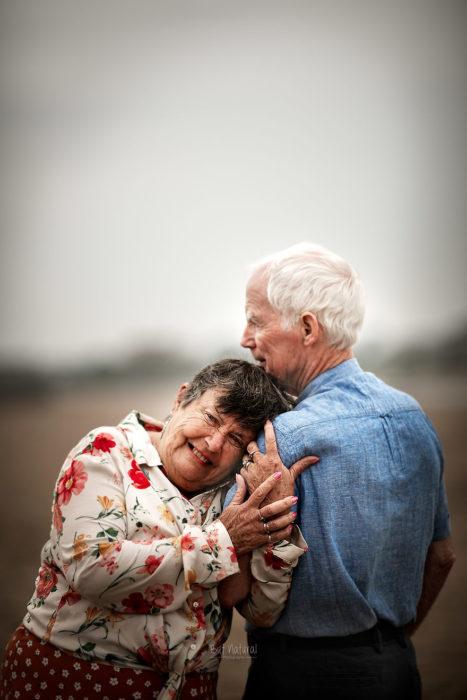 Abuela recargada sobre el hombro de su esposo. fotografía de Sujata Setia