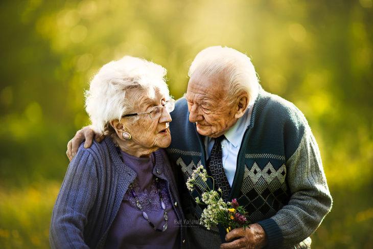 Abuelos mirándose a los ojos, sonriendo, fotografía de Sujata Setia