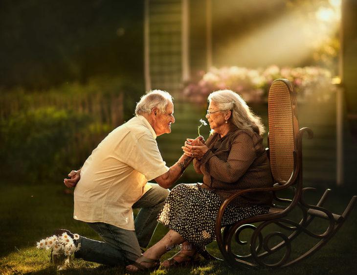 Abuelo inclinado, sosteniendo la mano de una abuela, fotografía de Sujata Setia