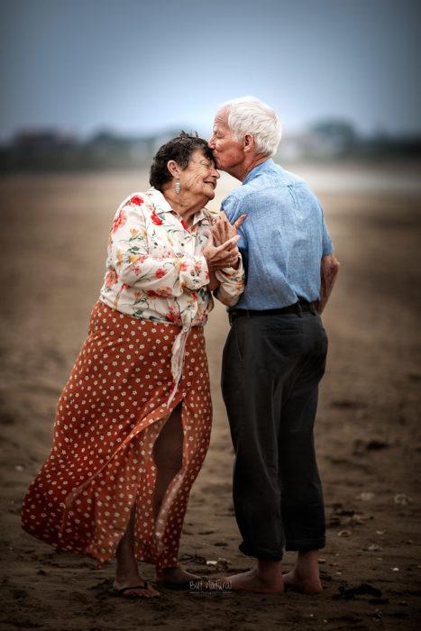 Abuelo besando la frente de una abuela, fotografía de Sujata Setia