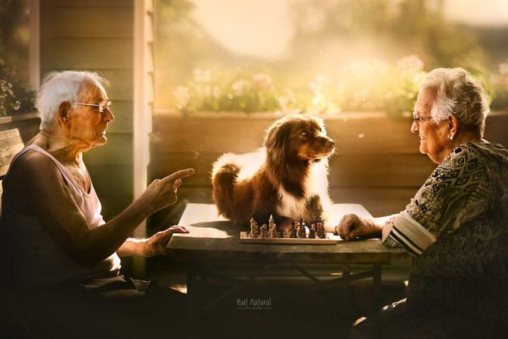 Abuelos mirando a su perro sobr ela mesa, fotografía de Sujata Setia