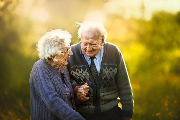 Par de abuelitos sonriendo y jugueteando, fotografía de Sujata Setia