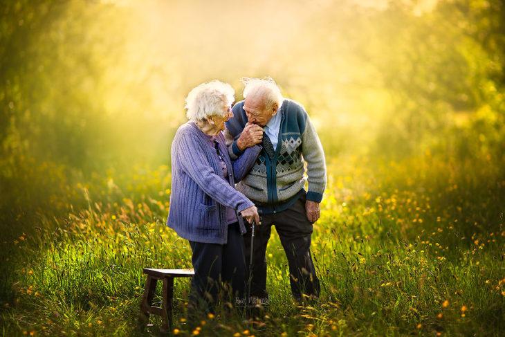 Abuelo besando la mano de su esposa, fotografía de Sujata Setia