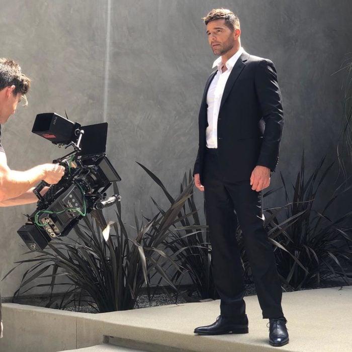 Ricky Martin en una de las fotos que publicó en sus redes en el detrás de cámaras de su nuevo video
