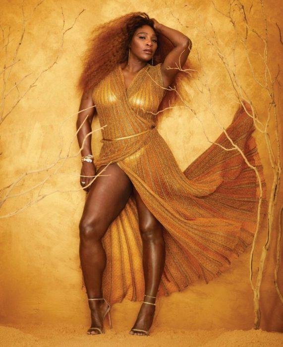 Serena Williams posando para la revista Harper's Bazaar usando un vestido de color dorado
