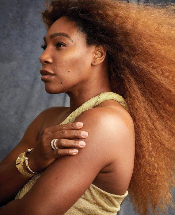 Serena Williams posando para la revista Harper's Bazaar sin maquillaje, con su cabello rizado al natural