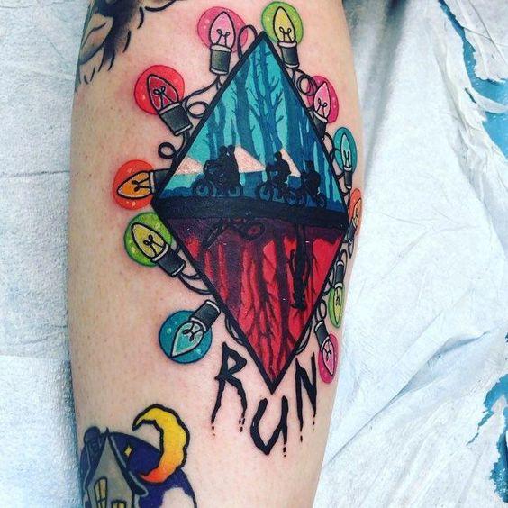 Tatuaje inspirado en Stranger Things representando el presente y el otro lado