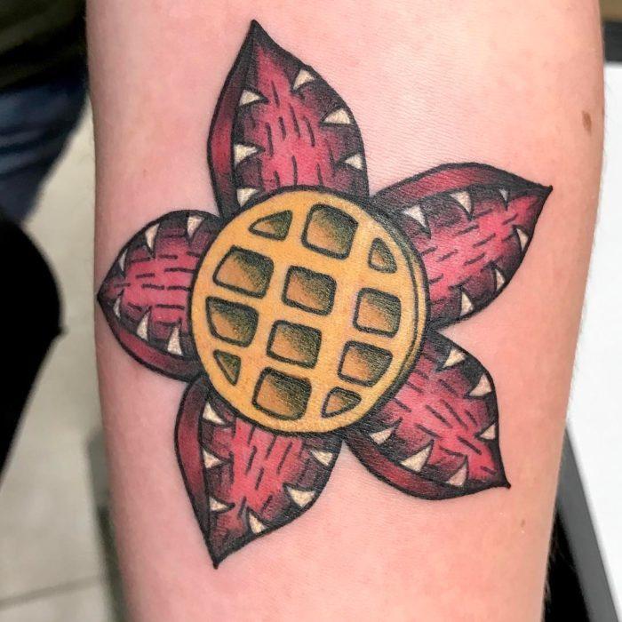 Tatuaje inspirado en Stranger Things con un waffle