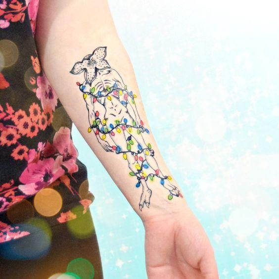 Tatuaje inspirado en Stranger Things con un Demogorgon