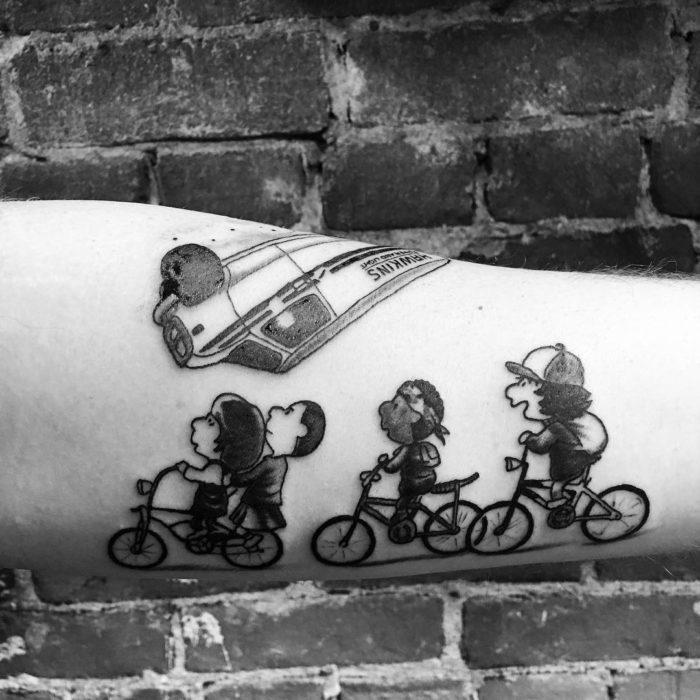 Tatuaje inspirado en Stranger Things y el mundo de Charlie Brown