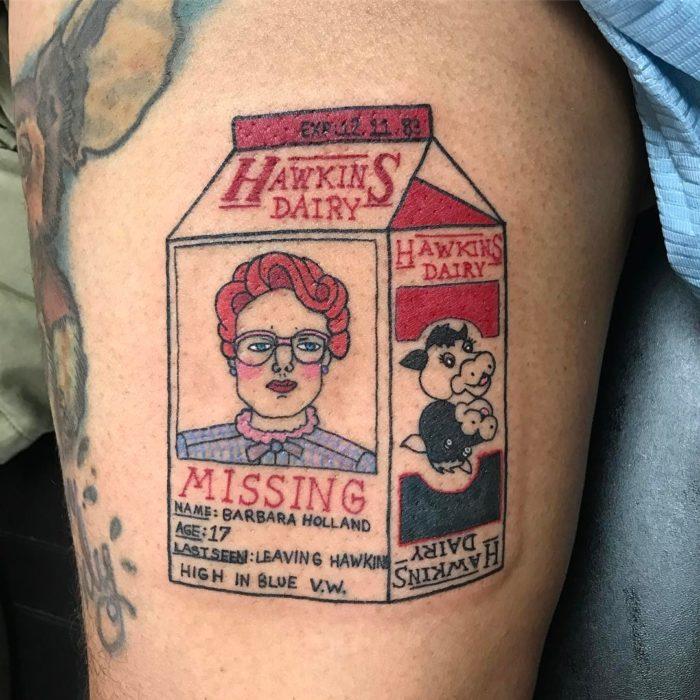 Tatuaje inspirado en Stranger Things con un empaque de leche con el rostro de Barbara