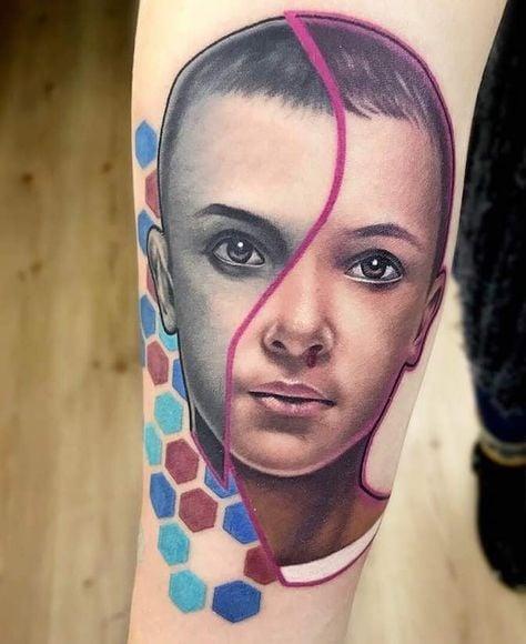 Tatuaje inspirado en Stranger Things con el rostro de Millie Bobby Brown como Eleven
