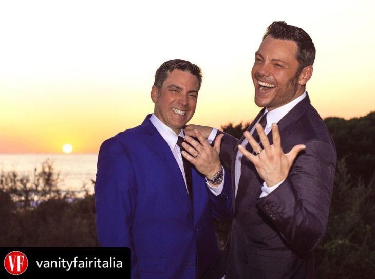Tiziano Ferro junto a su esposo Víctor Allen mostrando ambos sus anillos de boda