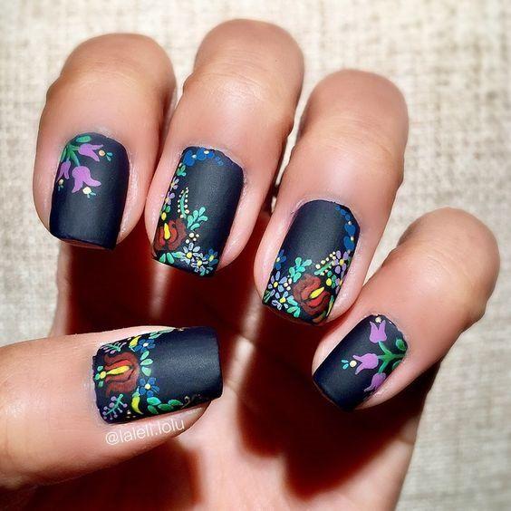 Uñas decoradas con esmaltes de colores en efecto bordado
