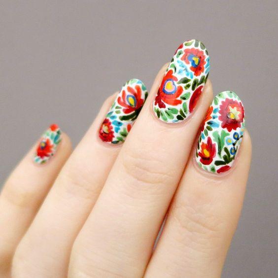 Uñas decoradas con efecto bordado en flores