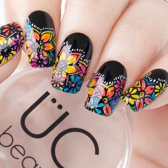 Uñas decoradas con diseños de flores de colores
