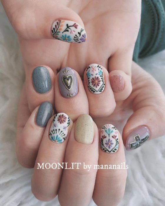 Uñas en gris decoradas con diseños de bordados textiles