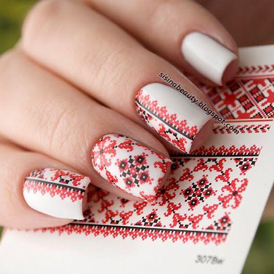 Uñas decoradas con rojo con efecto bordado