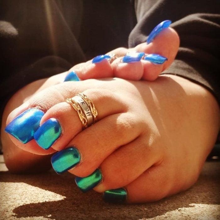 Chica con unas uñas acrilicas de color azul tornasol en los pies