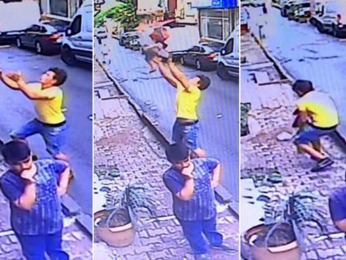 un joven en la calle recibe en sus brazos a una niña que caía de su departamento en Turquía