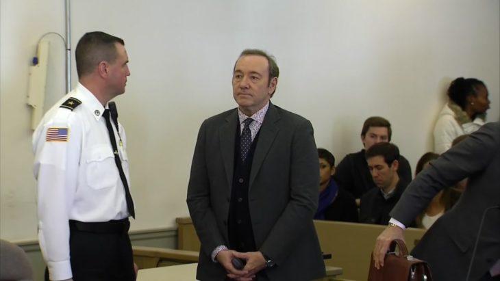 Kevin Spacey dentro de la corte, de pie junto a un policía