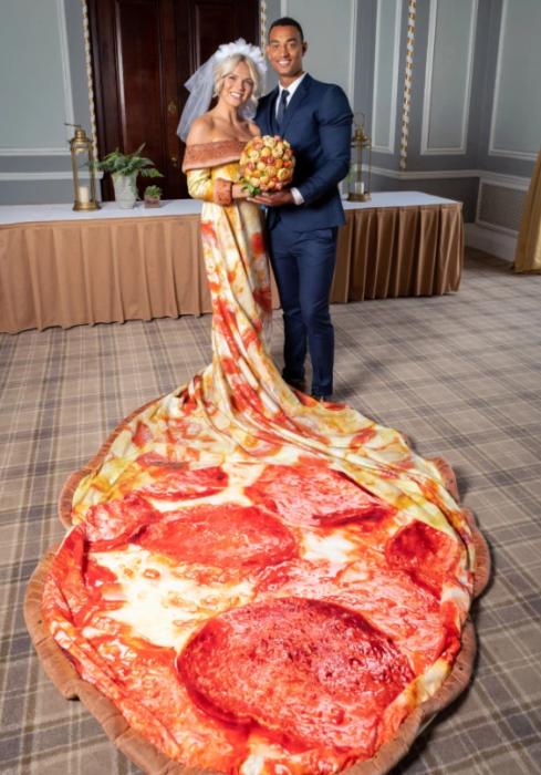 Mujer usando un vestido de novia con un estampado de pizza de queso con peperoni