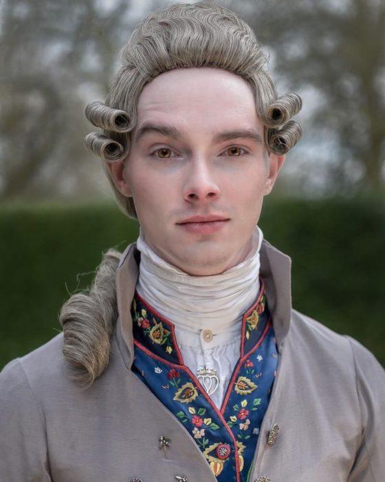 Zack Pinsent, chico que viste ropa vintage de 1820; hombre con peluca gris y traje antiguo gris