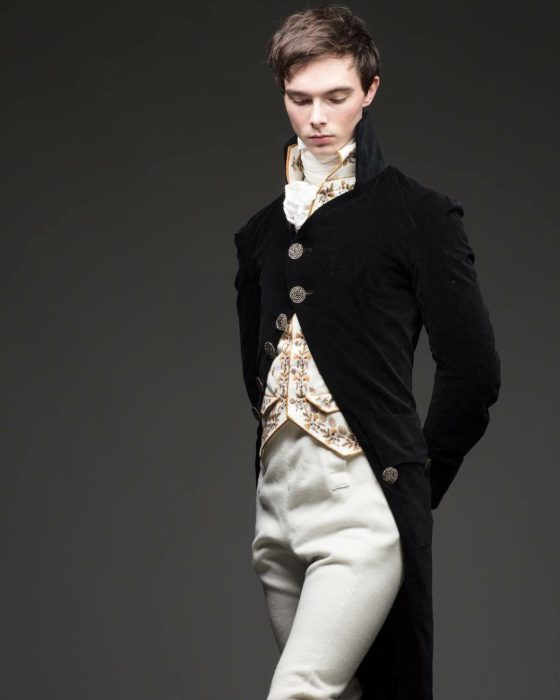 Zack Pinsent, chico que viste ropa vintage de 1820; hombre con vestimenta antigua de Mr. Darcy; saco negro con botones grandes, pantalones blancos y chaleco con flores doradas