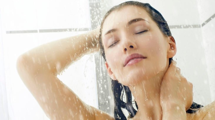 Bañarse por la noche es mejor según expertos