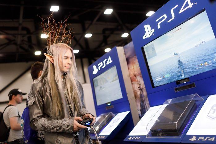 Hombre disfrazado de Thranduil de la película El Hobbit en la starcon de Rusia