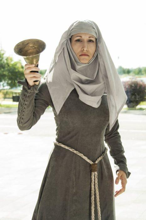 Mujer disfrazada de Septa Unella de Juego de tronos en la Starcon de Rusia