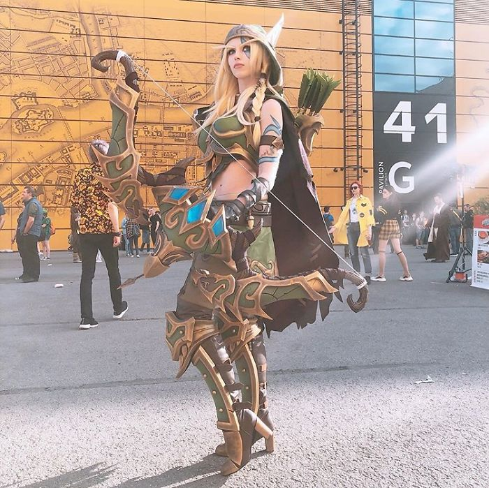 Chica vestida de Alleria de World of Warcraft en la Starcon de Rusia