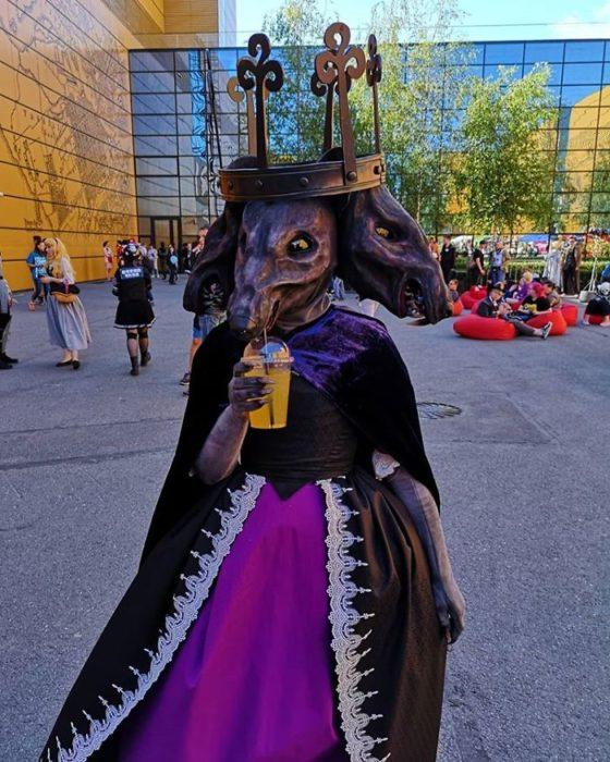Chica vestida como la Rata Reina de el cascanueces en la starcon de Rusia