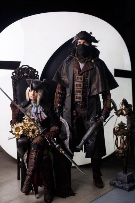Personas disfrazadas como Lady Maria y Cazadora de Blood en la starcon de Rusia