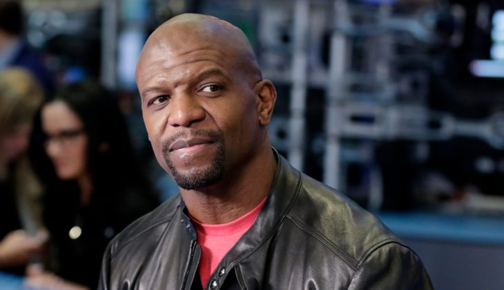 Actor Terry Crews con chamarra de piel