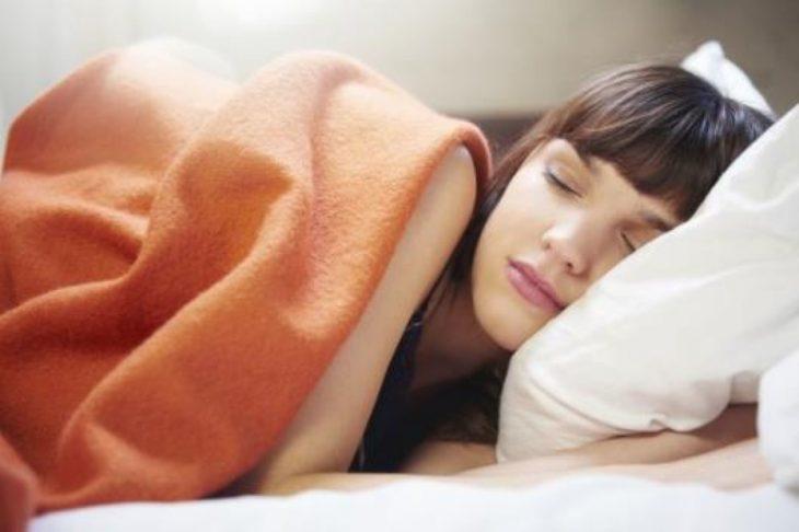 Bañarse por la noche ayuda a dormir mejor
