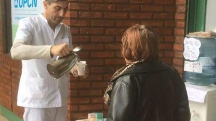 Farmacia ofrece té y comida para necesitados