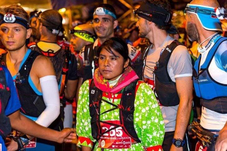 antes de iniciar una carrera Lorena Ramírez la corredora rarámuri con otros participantes
