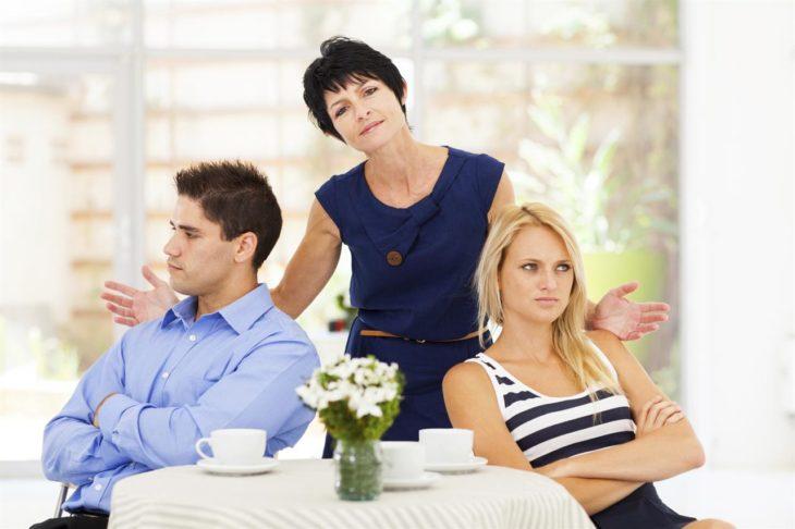 Mujer en medio de pareja, la otra mujer se ve molesta