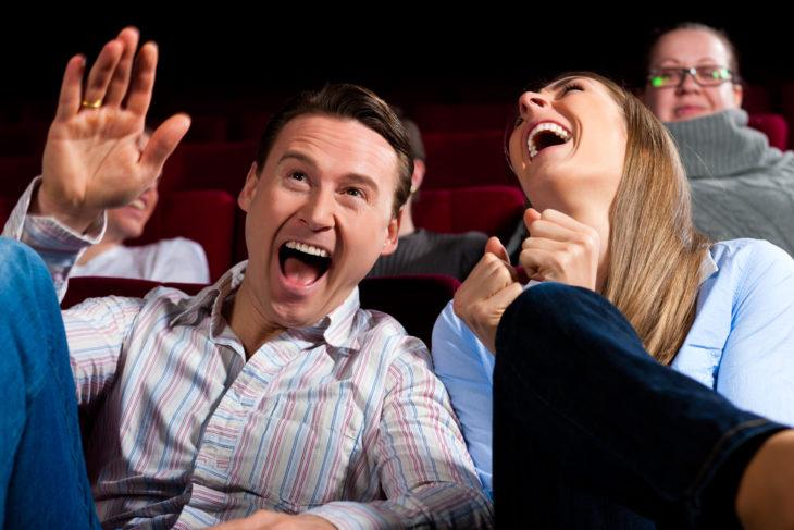 Mujer y hombre riendo a carcajadas