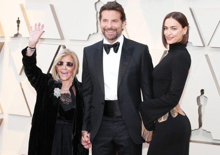 Irina Shayk, Bradley Cooper y Gloria Cooper en la alfombra roja de los Oscar