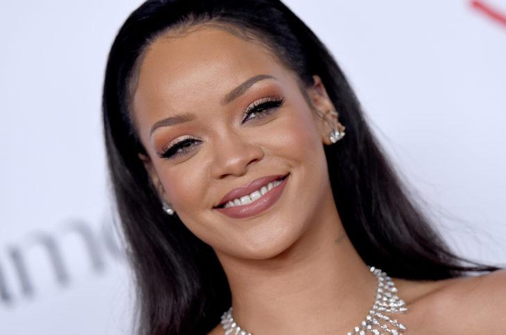 Rihanna sonriendo para la cámara