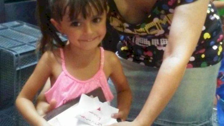 Niña de cuatro años cambia sus juguetes de cumpleaños por donativos para niños con cáncer