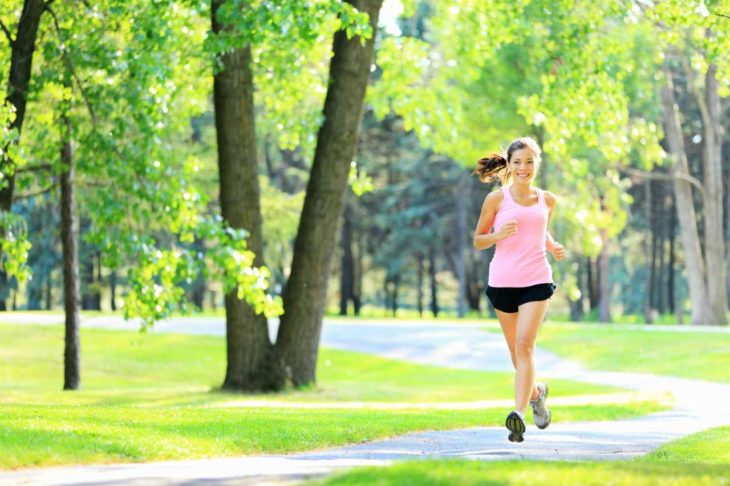 La alergia al ejercicio existe, como ejemplo, una mujer que trotaba